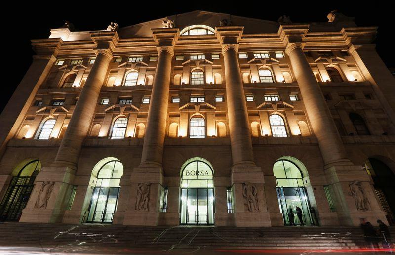 © Reuters. L'ingresso principale della Borsa di Milano