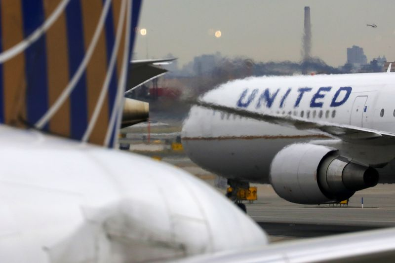 © Reuters. A United Airlines passenger jet taxis at Newark Liberty International Airport