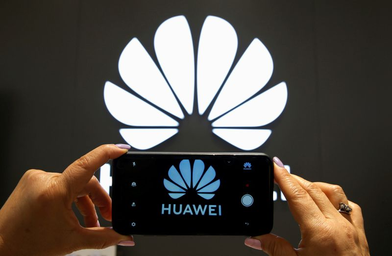 © Reuters. FILE PHOTO: A Huawei logo is seen on a cell phone screen in their store at Vina del Mar