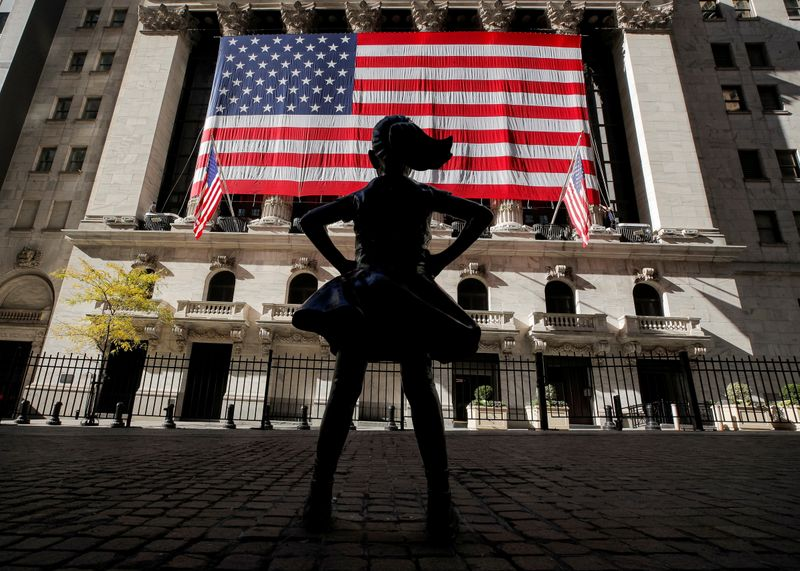 © Reuters. FILE PHOTO: The Fearless Girl statue is seen as the  U.S. flag covers the front facade of the NYSE in New York