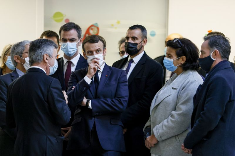 © Reuters. French President Macron visits the Necker Hospital in Paris
