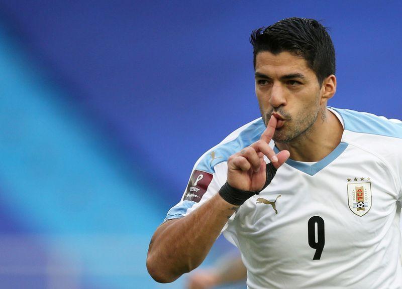 © Reuters. Il giocatore uruguaiano Luis Suarez festeggia un gol durante il match tra Colombia e Uruguay per le qualificazioni della Coppa del Mondo 2022