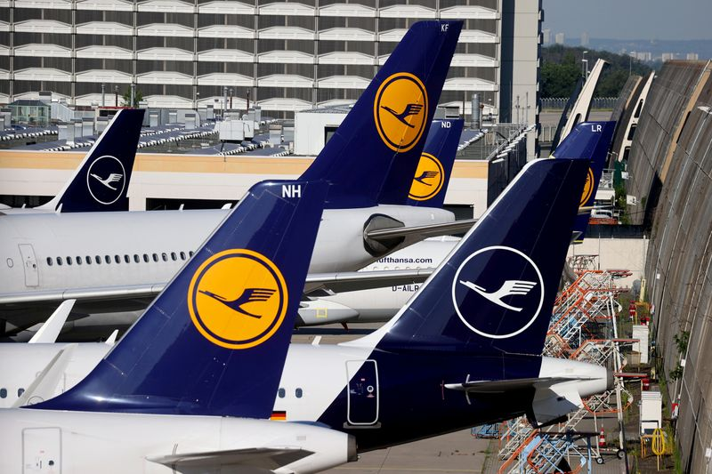© Reuters. FILE PHOTO: Lufthansa planes are seen parked on the tarmac of Frankfurt Airport