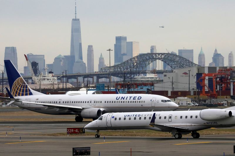 © Reuters. United Airlines passenger jets taxi with New York City as a backdrop