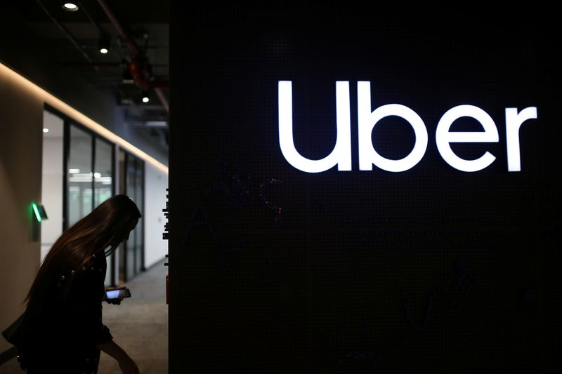 © Reuters. Uber's logo is pictured at its office in Bogota