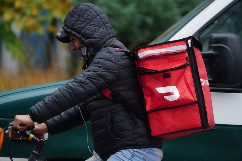 © Reuters. A delivery person for Doordash rides his bike in the rain during the coronavirus disease (COVID-19) pandemic in the Manhattan borough of New York City