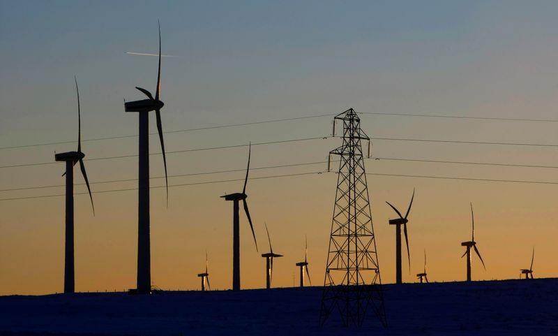 © Reuters. Tralicci elettrici e turbine eoliche nel parco eolico Dun Law West della Scottish Power vicino a Edimburgo