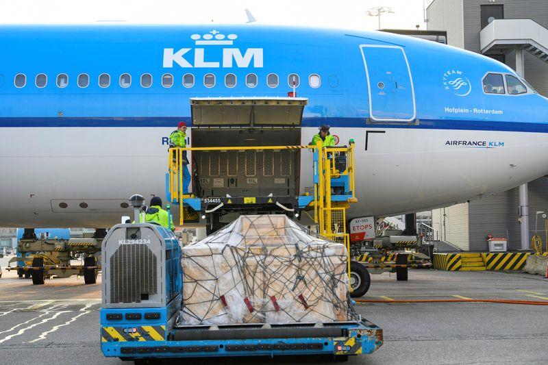 © Reuters. LA JUSTICE NÉERLANDAISE REJETTE UN RECOURS DE GREENPEACE SUR L'AIDE À KLM