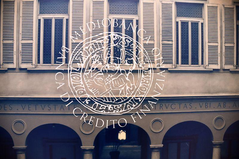 © Reuters. Il logo di Mediobanca presso la sede centrale a Milano