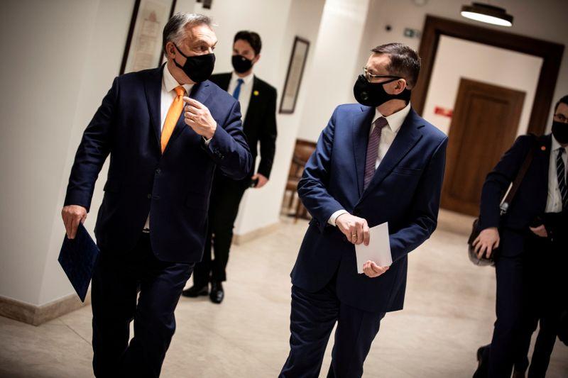 © Reuters.  FOTO DE ARCHIVO: El primer ministro húngaro Orban y el primer ministro polaco Morawiecki en una reunión en Budapest
