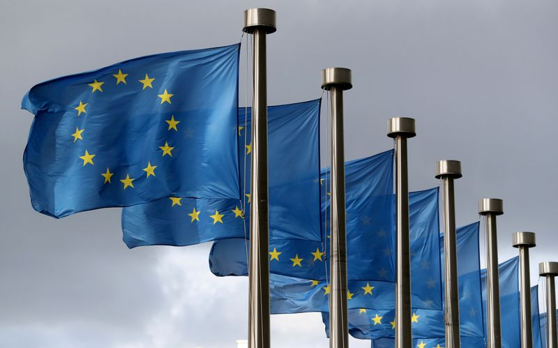 © Reuters. FILE PHOTO: EU flags flutter in front of the European Commission headquarters in Brussels