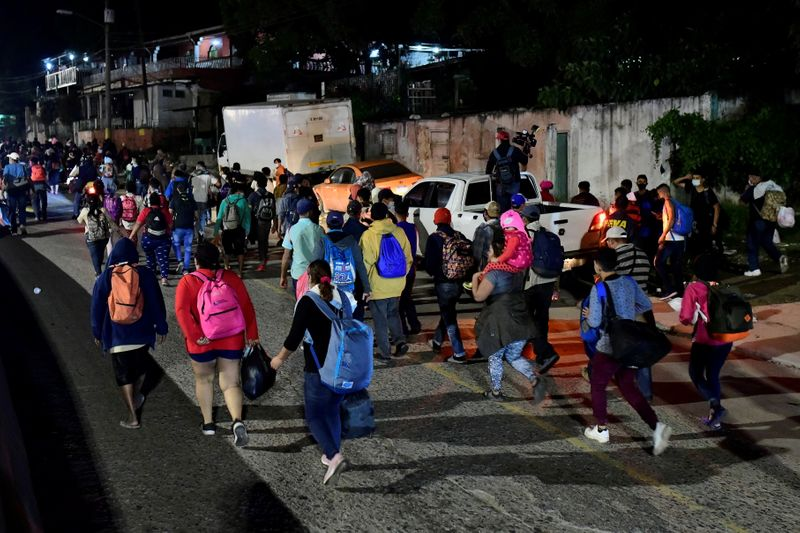 © Reuters. قافلة مهاجرين تنطلق من هندوراس إلى أمريكا وتنذر بتجدد التوتر