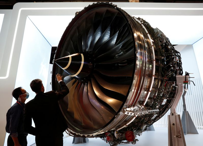 © Reuters. A man looks at Rolls Royce's Trent Engine displayed at the Singapore Airshow in Singapore