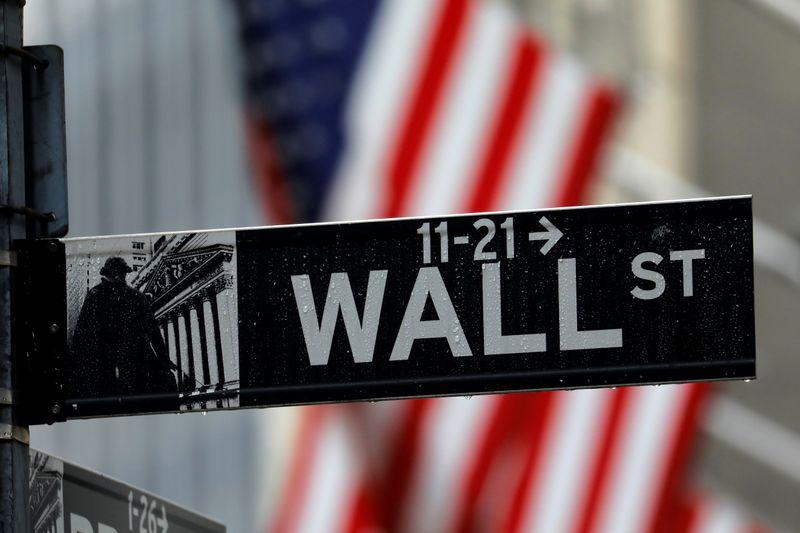 © Reuters. Il cartello stradale di Wall Street a New York