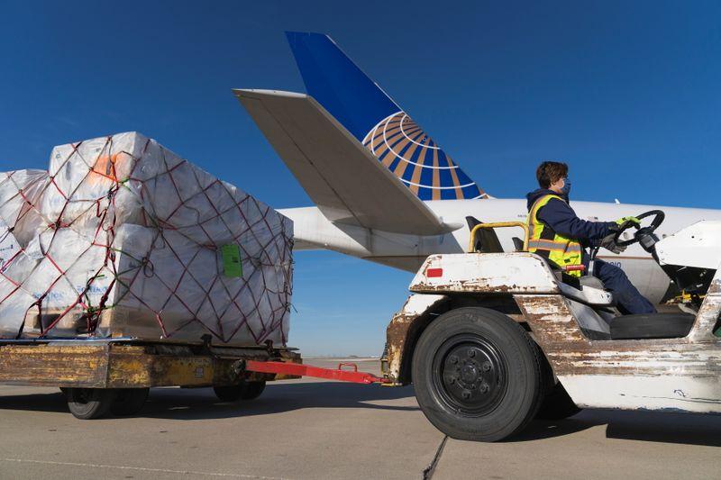 © Reuters.  Un envío de vacunas contra la enfermedad del coronavirus de Pfizer se descarga de un vuelo de carga de United Airlines en Chicago