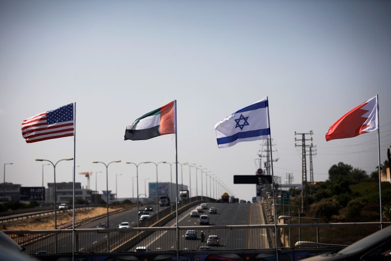 © Reuters. The flags of the U.S., United Arab Emirates, Israel and Bahrain flutter along a road in Netanya