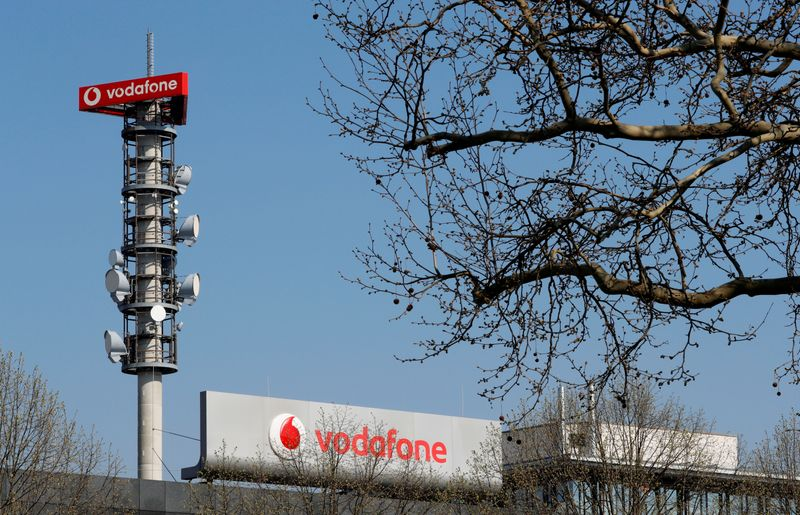 © Reuters. FILE PHOTO: Different types of 4G, 5G and data radio relay antennas for mobile phone networks are pictured on a relay mast operated by Vodafone in Berlin
