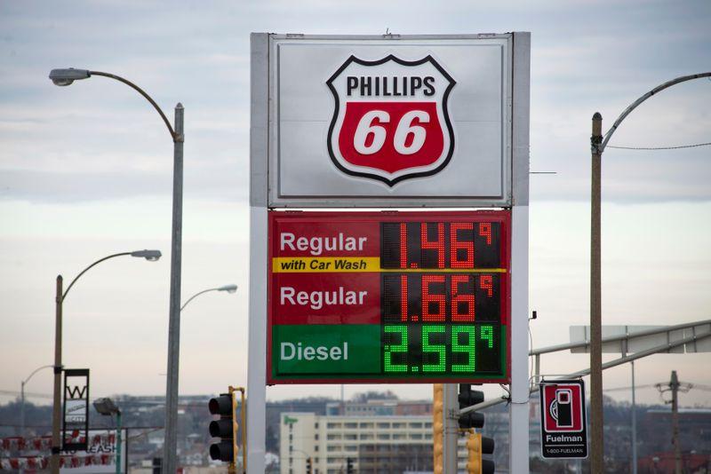© Reuters. Phillips 66 gasoline station in St. Louis, Missouri