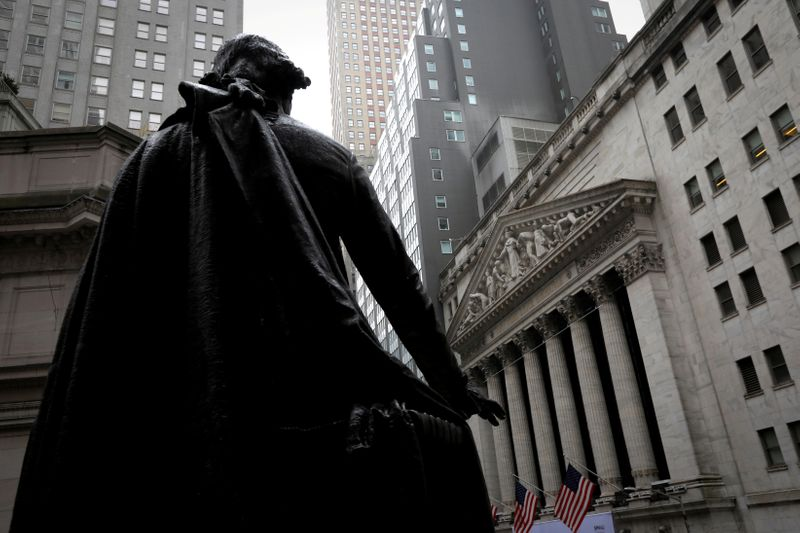 © Reuters. FILE PHOTO: FILE PHOTO: FILE PHOTO: Statue of George Washington at Federal Hall across Wall Street from New York Stock Exchange in New York