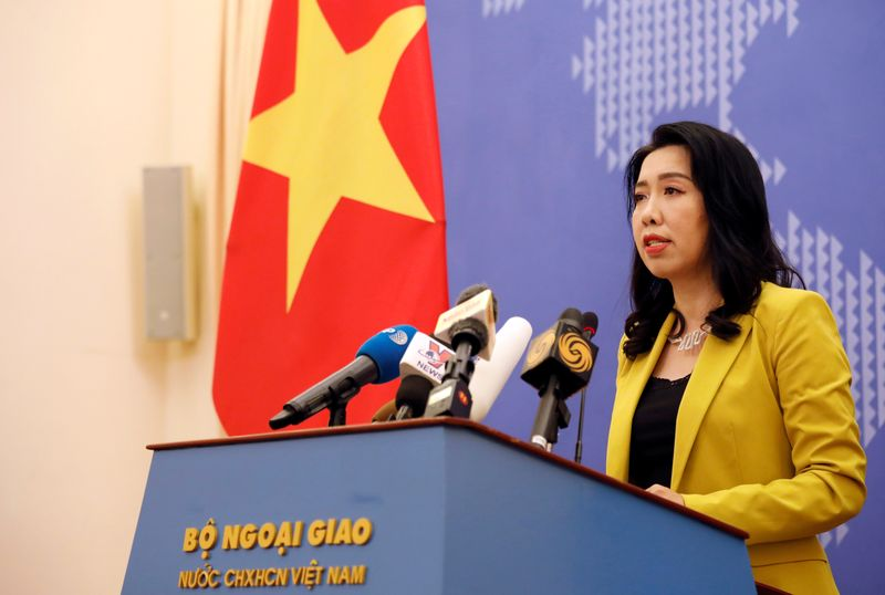 © Reuters. FILE PHOTO:  Vietnamese foreign ministry spokeswoman Le Thi Thu Hang speaks at a news conference in Hanoi