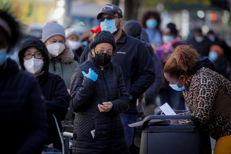 © Reuters.  FOTO DE ARCHIVO: Personas hacen cola para conseguir cajas navideñas gratuitas de comestibles en Nueva York