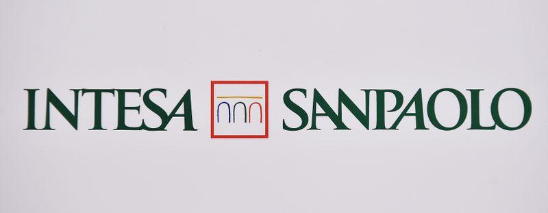 © Reuters. Il logo della banca Intesa Sanpaolo durante l'assemblea degli azionisti a Torino