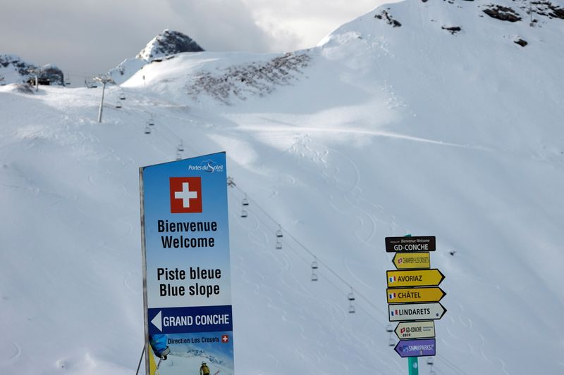 © Reuters. Skiing amid COVID-19 pandemic in Les Crosets