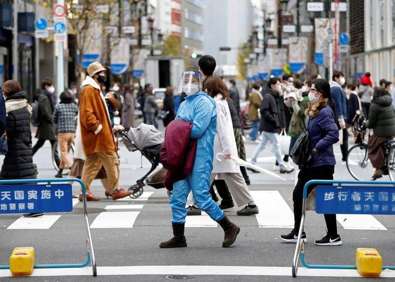 © Reuters. FILE PHOTO:  Coronavirus disease (COVID-19) outbreak, in Tokyo