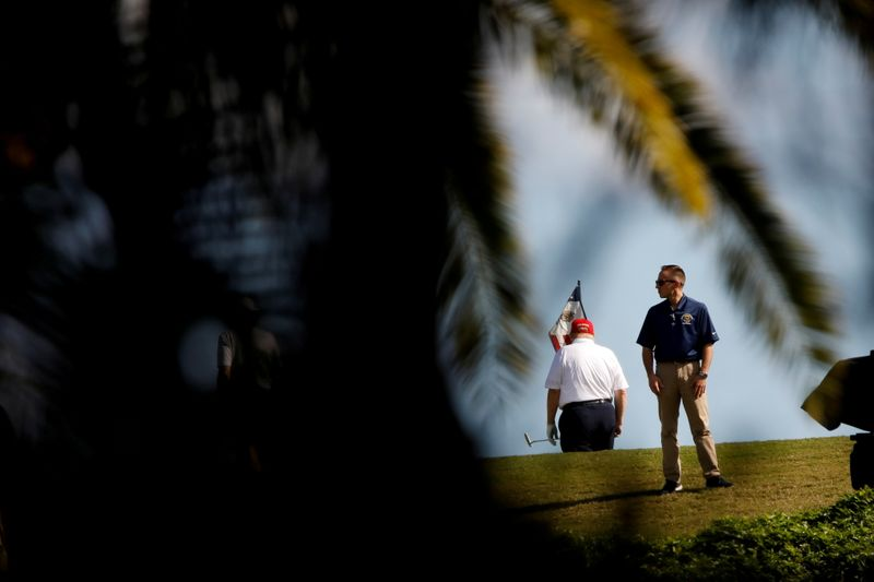 © Reuters. El presidente de EEUU, Donald Trump, juega golf en el Trump National Golf Club, West Palm Beach