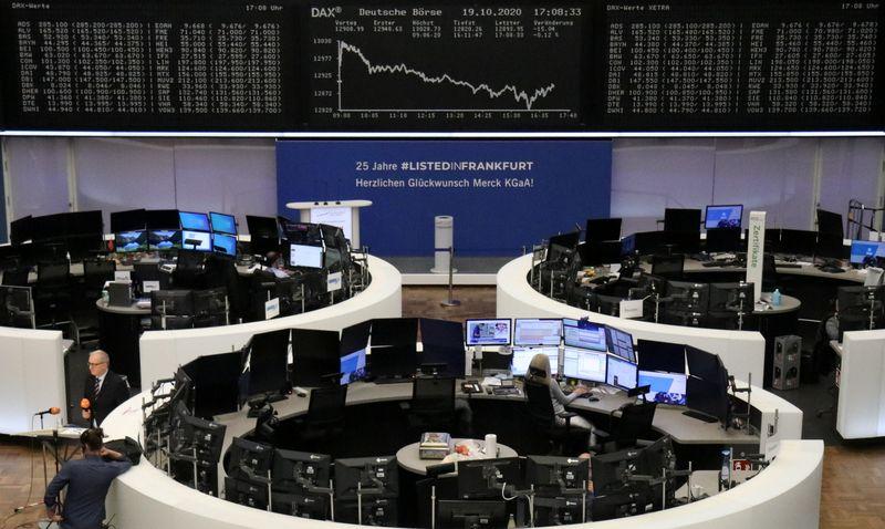 © Reuters. FOTO DE ARCHIVO: El gráfico del índice alemán DAX en una pantalla de la Bolsa de Valores de Fráncfort