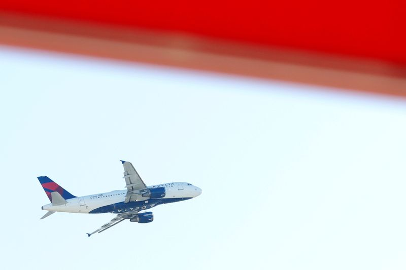 © Reuters. An airplane flies over Hartsfield–Jackson Atlanta International Airport in Atlanta