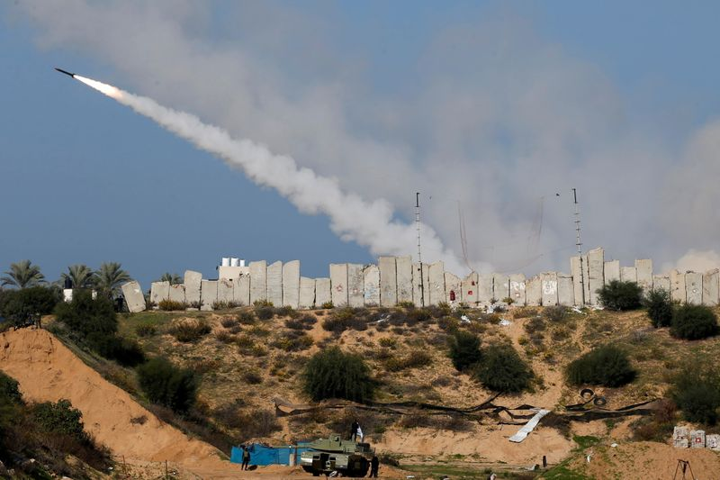 © Reuters. Gaza militants launch rockets into the sea in major exercise
