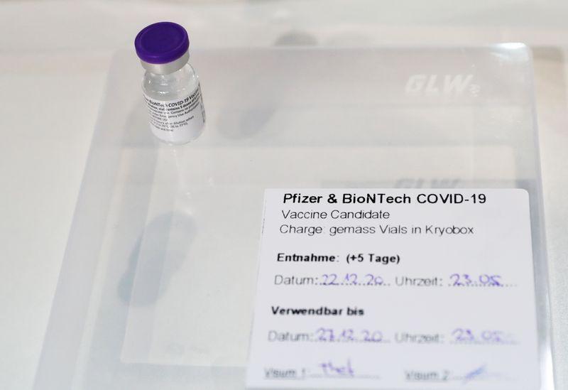 © Reuters. Una fiala di vaccino Pfizer contro il Covid-19 presso il centro di vaccinazione di Messe Luzern, a Lucerna