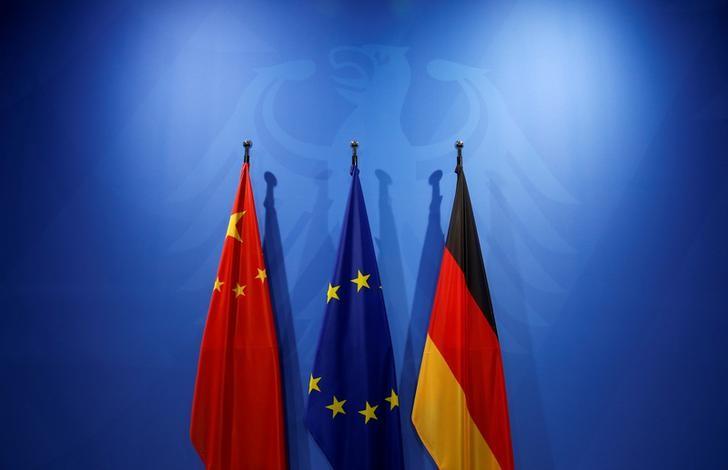 © Reuters. La bandiera cinese, la bandiera dell'Unione europea  e la bandiera tedesca presso la Cancelleria di Berlino