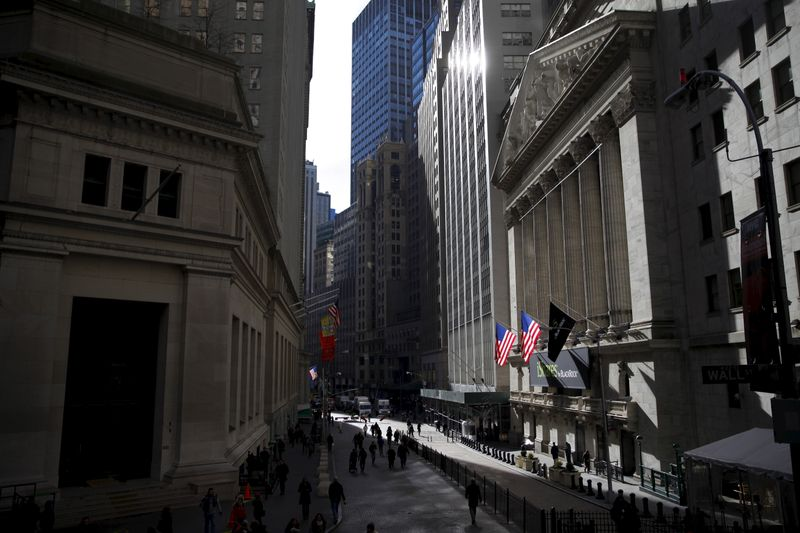 © Reuters. The New York Stock Exchange building is seen from Wall Street in Lower Manhattan in New York