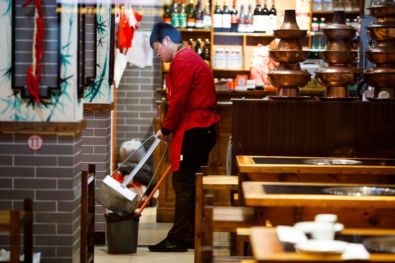 Рост активности в секторе услуг Китая замедлился в декабре