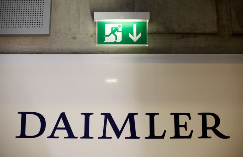 © Reuters. A emergency exit sign is pictured above a logo of German car manufacturer Daimler AG, before the annual news conference in Stuttgart