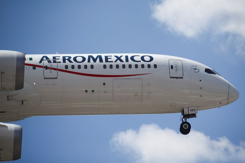 © Reuters. An Aeromexico airplane prepares to land on the airstrip at Benito Juarez international airport in Mexico City