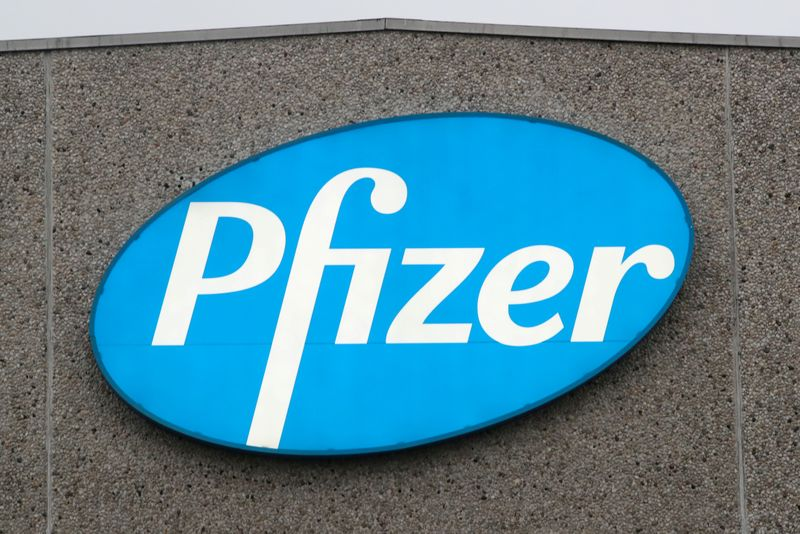 © Reuters. FILE PHOTO: A logo of Pfizer is seen at the entrance to the Pfizer factory in Puurs
