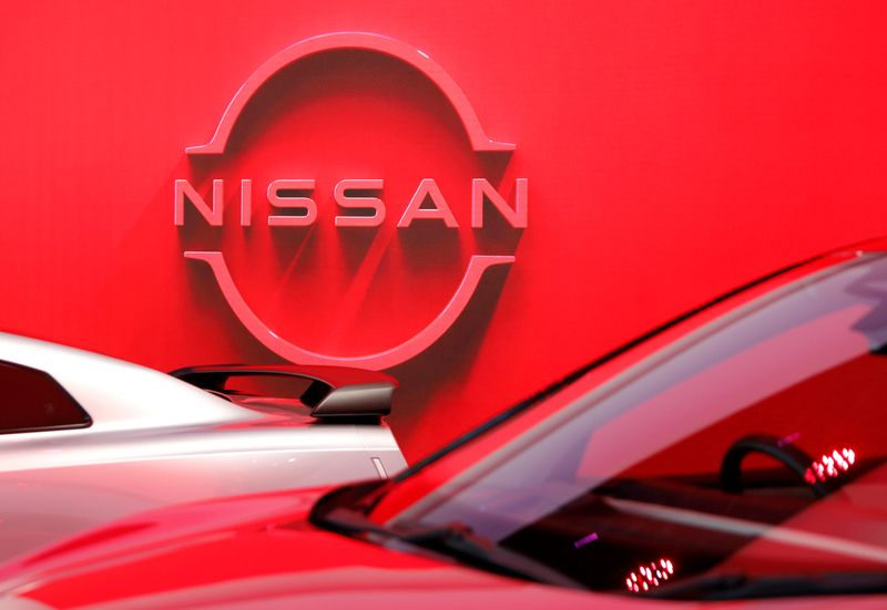 © Reuters. FILE PHOTO: The logo of Nissan Motor Corp. is displayed the company's showroom in Tokyo