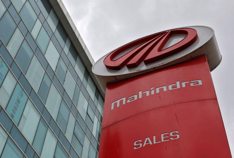 © Reuters. FILE PHOTO: The logo of Mahindra and Mahindra is seen at a showroom in Mumbai