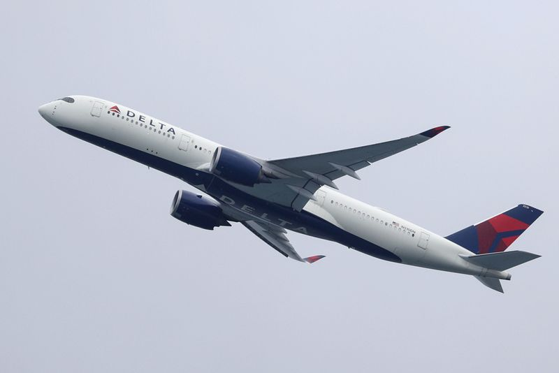 © Reuters. FILE PHOTO: A Delta Air Lines plane takes off from Sydney Airport in Sydney