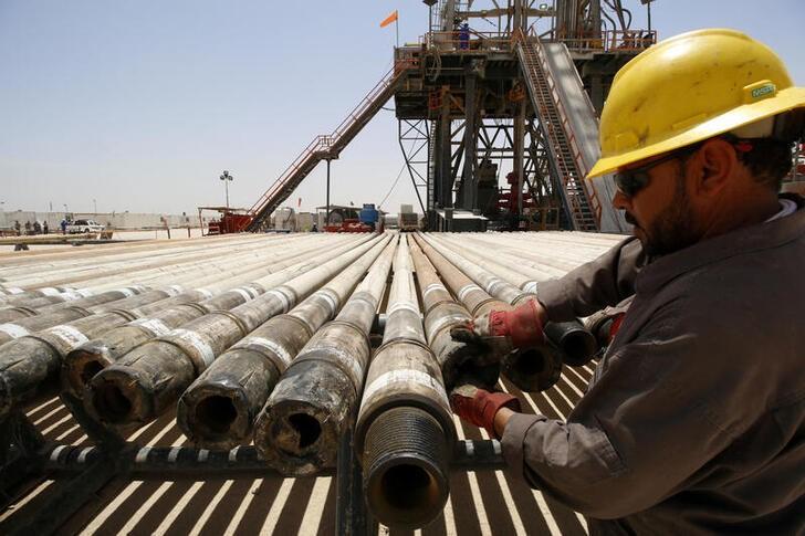 © Reuters. Imagen de archivo de un operario trabajando en el yacimiento petrolífero de Rumaila,, en Basora, Irak.