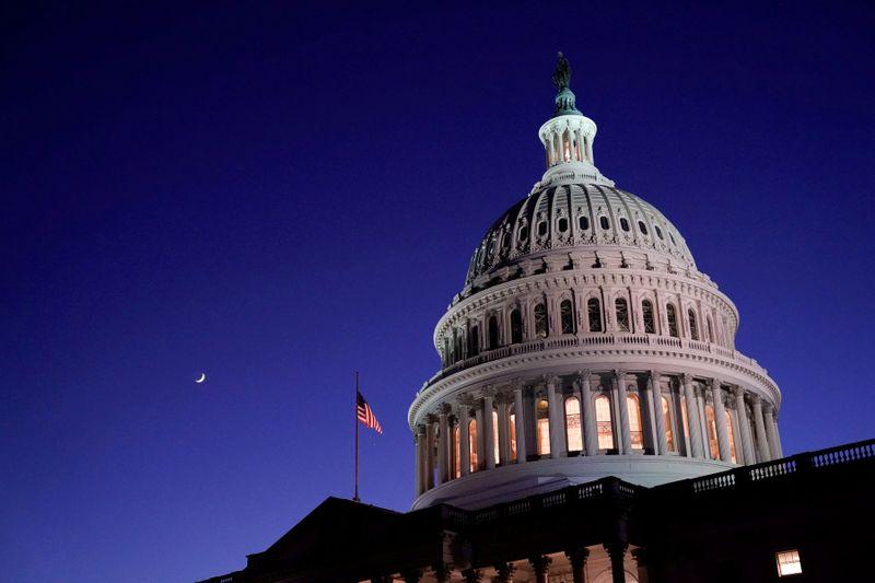 © Reuters.  FOTO DE ARCHIVO: La cúpula del Capitolio de EE. UU. Se puede ver en Washington de noche