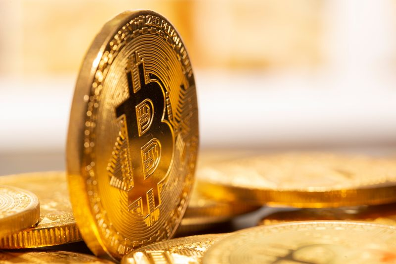© Reuters. FILE PHOTO: A representation of virtual currency Bitcoin
