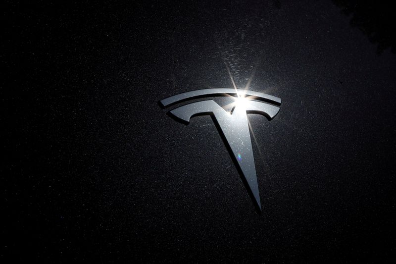 © Reuters. FILE PHOTO: The Tesla logo is seen on a car in Los Angeles