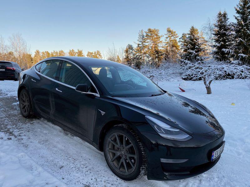 © Reuters. Tesla car is parked on a driveway in Nesoddtangen