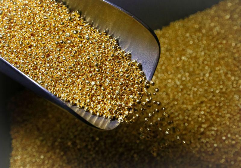 © Reuters. An employee takes granules of 99.99 percent pure gold at the Krastsvetmet non-ferrous metals plant in the Siberian city of Krasnoyarsk