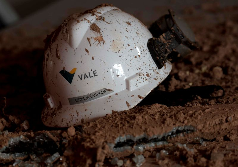 © Reuters. FILE PHOTO: A helmet with a logo of Vale SA is seen in a collapsed tailings dam owned by the company, in Brumadinho