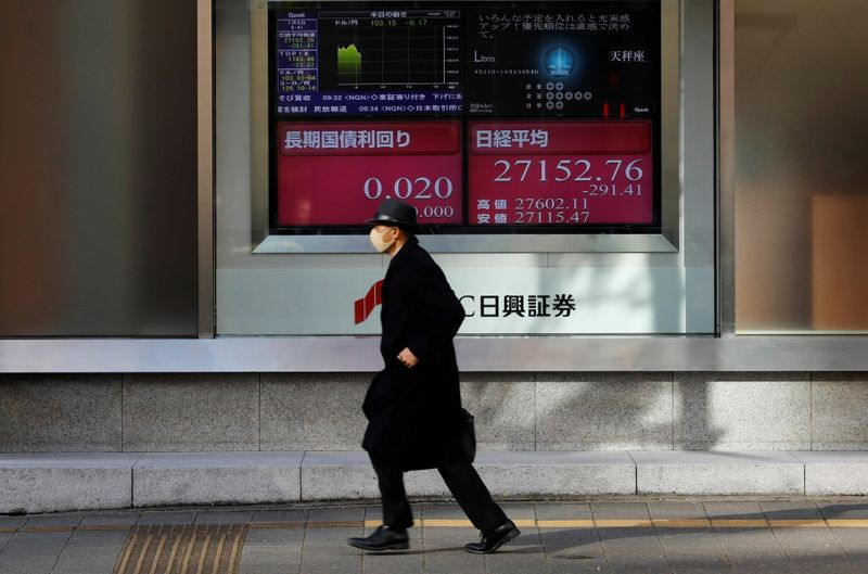 © Reuters. FILE PHOTO: First trading day of stock market in Tokyo